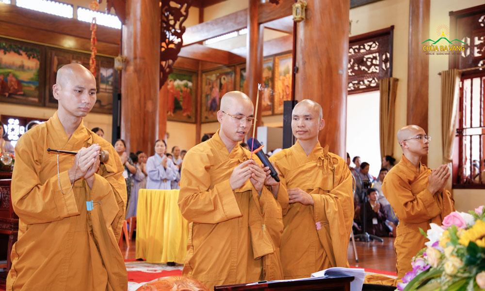 Đại đức Thích Trúc Bảo Lực niêm hương bạch Phật và tác lễ cầu siêu cho các hương linh