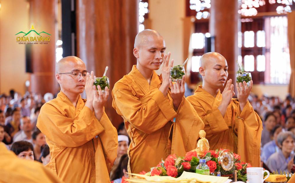 Chư Tăng chùa Ba Vàng làm nghi lễ sái tịnh nước cam lồ
