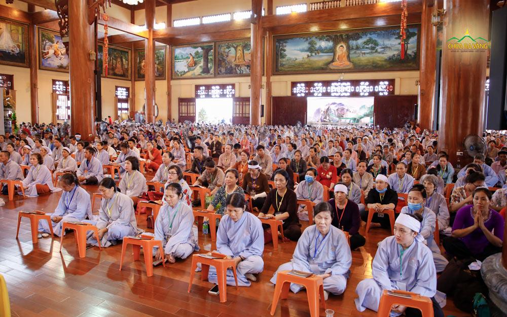 Hàng ngàn Phật tử đã vân tập về chùa Ba Vàng tham dự buổi lễ cầu siêu