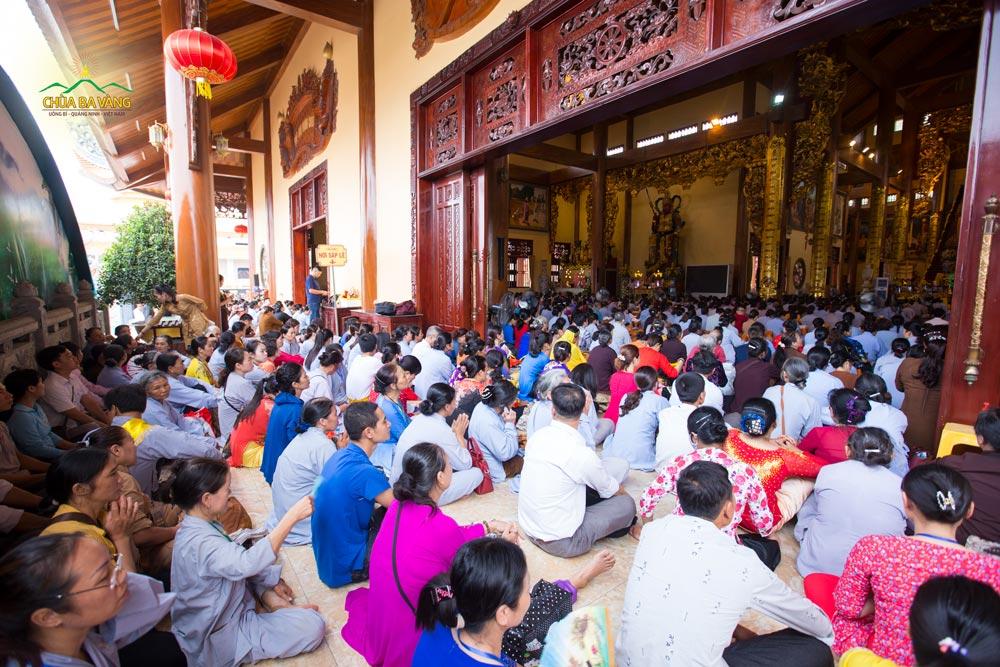 Chính điện tầng 2 chùa Ba Vàng đã chật kín người về làm lễ cầu siêu