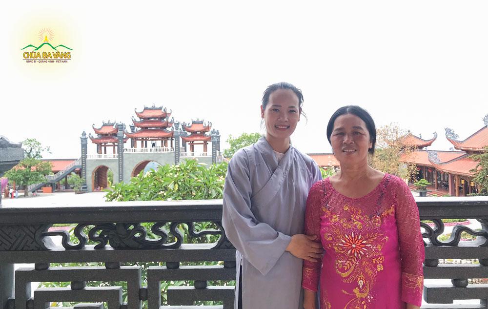 Phật tử Đỗ Thị Thúy hiện đang sinh hoạt tại CLB Trúc Hưng, Tp. Hưng Yên về chùa Ba Vàng tham dự lễ cầu siêu
