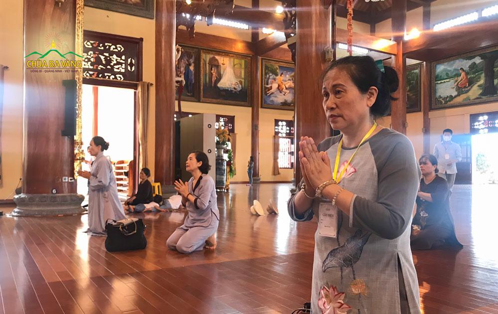 Phật tử Vũ Thị Loan, hiện đang sinh sống tại phường Thanh Sơn, thành phố Uông Bí về chùa tham dự buổi lễ cầu siêu