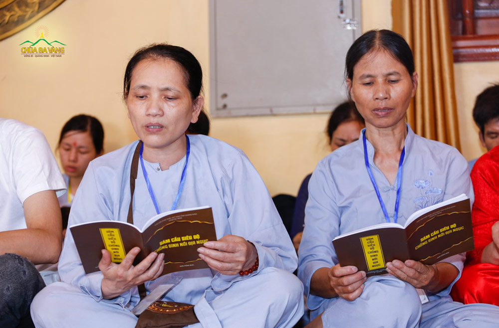 Các Phật tử đọc tụng sám cầu siêu