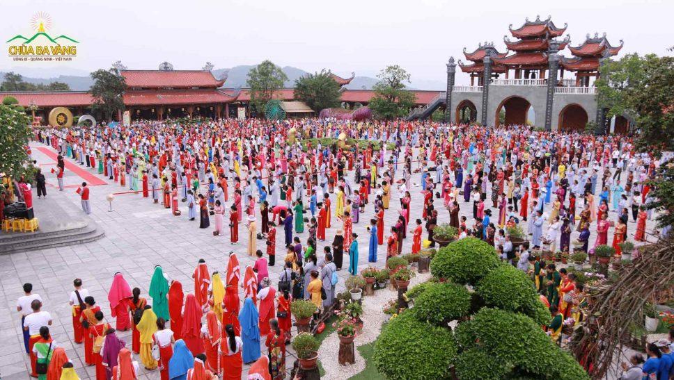 Phật tử chùa Ba Vàng hân hoan dâng nước cúng dường tắm Phật