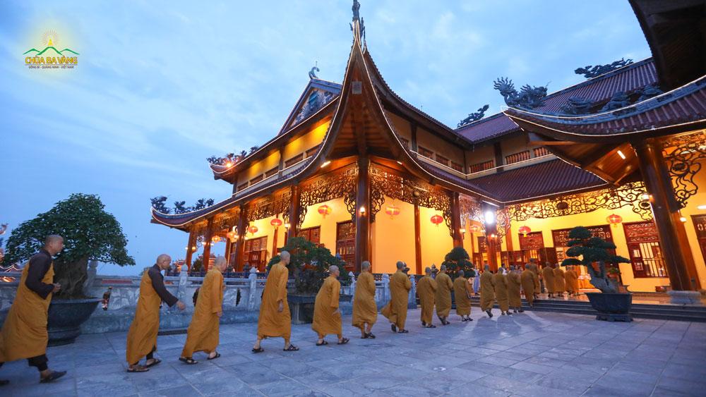 Chư Tăng chùa Ba Vàng quang lâm Chính Điện vào thời khóa sám hối