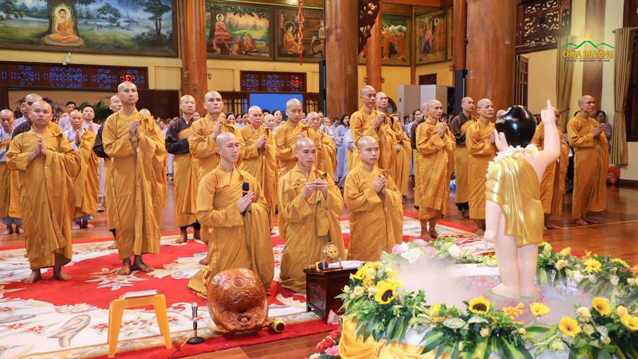 Đại đức Thích Trúc Bảo Hòa niêm hương bạch Phật, tác lễ sám hối