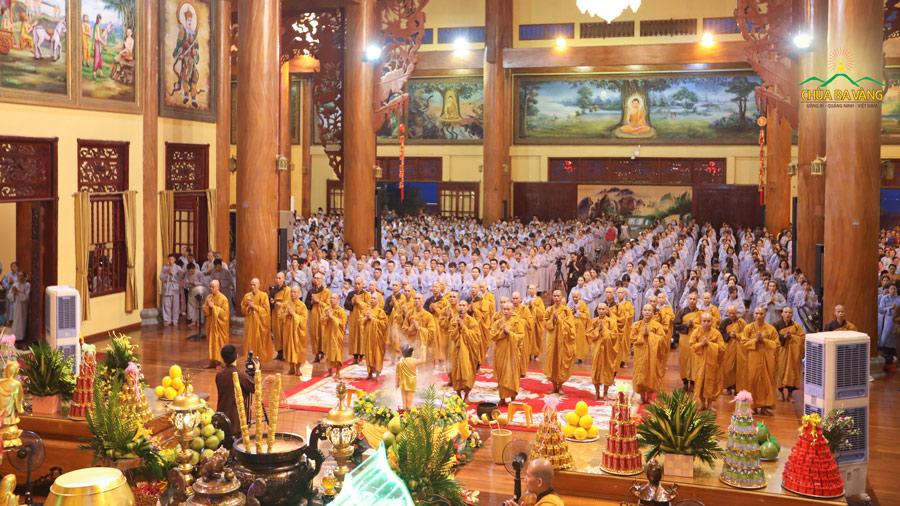 Đông đảo Phật tử về chùa Ba Vàng tham dự thời khóa sám hối