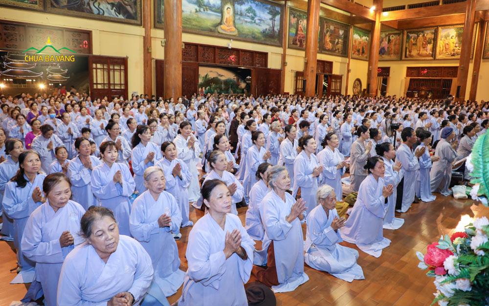 Các Phật tử trang nghiêm trong thời khóa sám hối