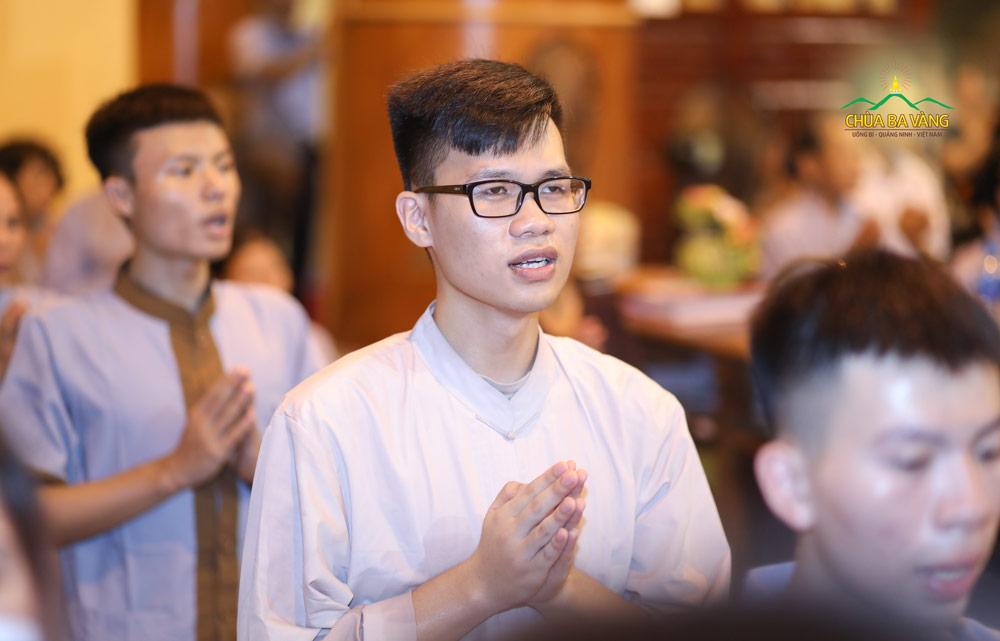 Bạn trẻ Phan Thế Hoàng thành viên trong CLB Tuổi Trẻ chùa Ba Vàng đã về chùa tham dự thời khóa sám hối