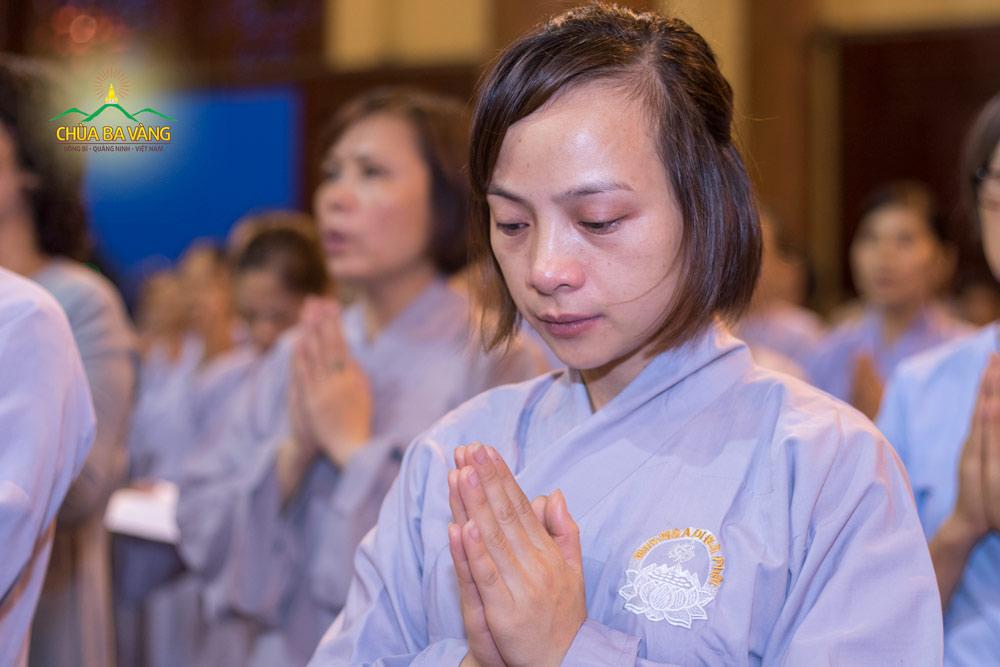 Phật tử Ngô Thị Quý trong thời khóa sám hối