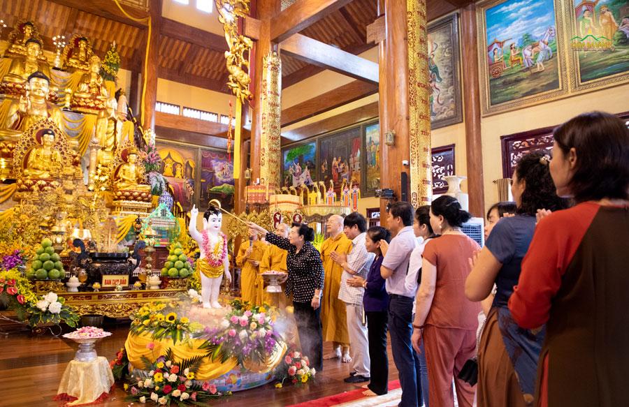 Phái đoàn lần lượt thực hiện nghi lễ tắm Phật;