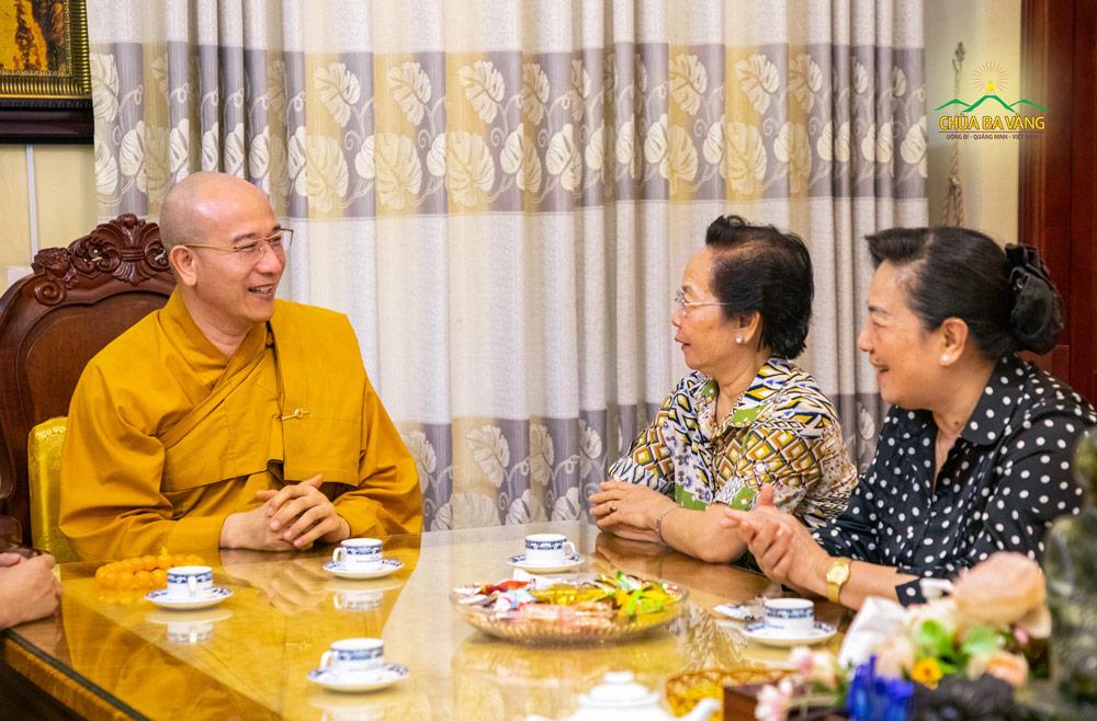 Sư Phụ Thích Trúc Thái Minh tiếp đón Bà Nguyễn Thị Doan và phái đoàn tại phòng khách chùa Ba Vàng