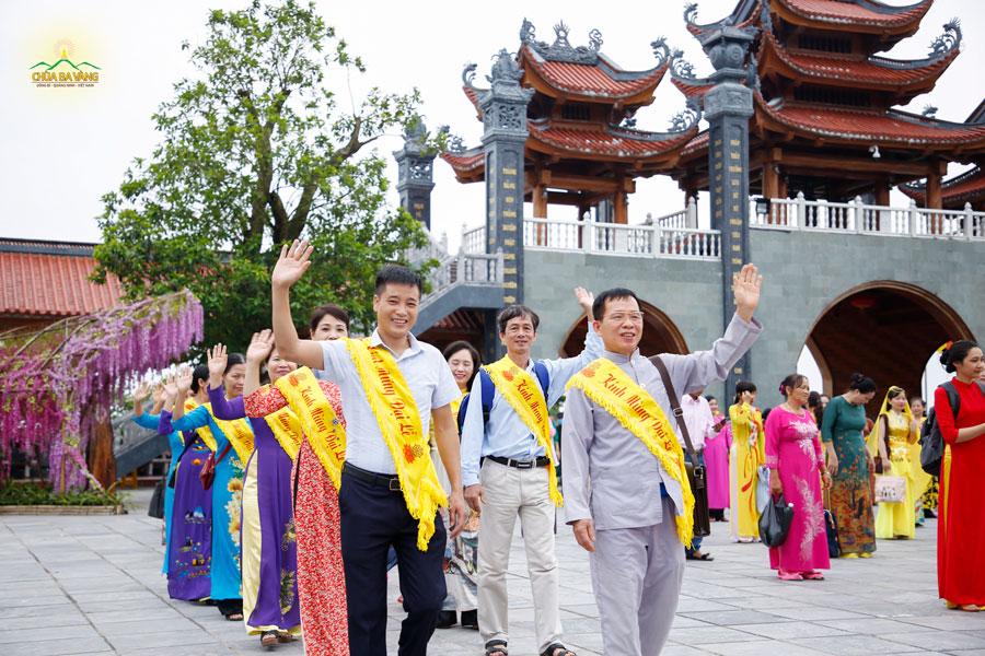 Niềm hân hoan, hạnh phúc khi được trở về nhà sau thời gian dài được hiện rõ trên khuôn mặt của các Phật tử