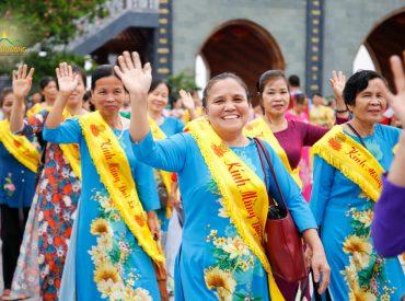 Các Phật tử trong trang phục áo dài hân hoan trở về nhà sau bao ngày xa cách