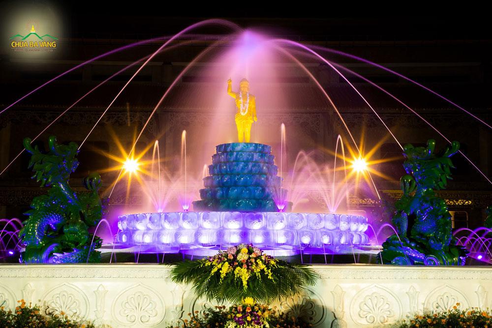 Khi Đức Phật đản sanh, có chín con rồng phun nước tắm lên kim thân của Ngài (ảnh tượng Phật đản sinh tại chùa Ba Vàng )