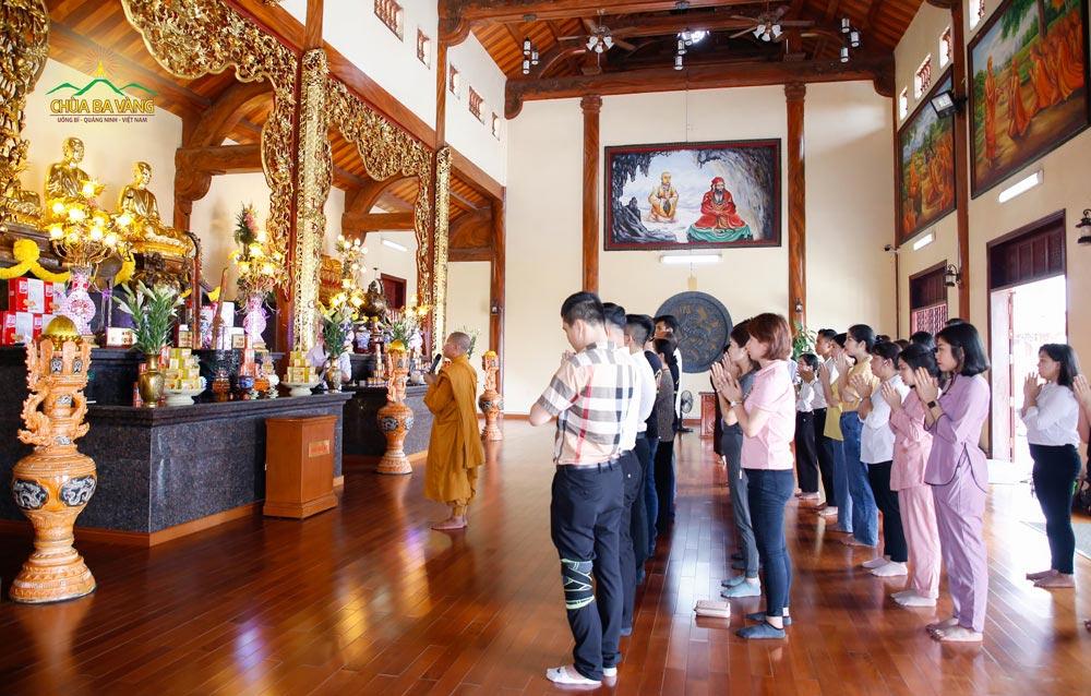 Các thành viên trong Công ty Cổ phần Khách sạn Hồng Vận chiêm bái nhà thờ Tổ chùa Ba Vàng - nơi thờ các vị Tổ sư của thiền phái Trúc Lâm