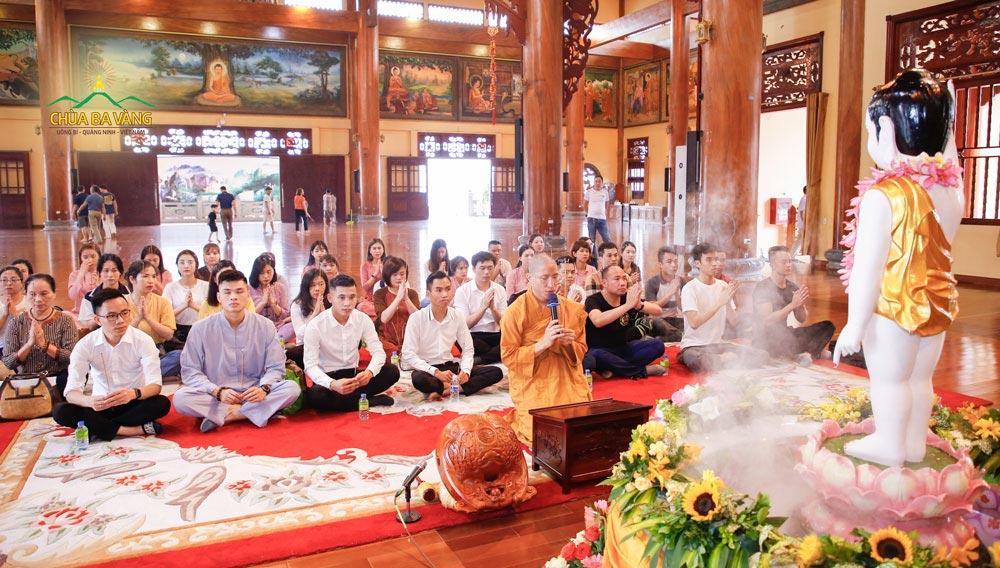 Đại đức Thích Trúc Bảo Thành niêm hương bạch Phật cầu bình an cho các thành viên trong Công ty Cổ phần Khách sạn Hồng Vận