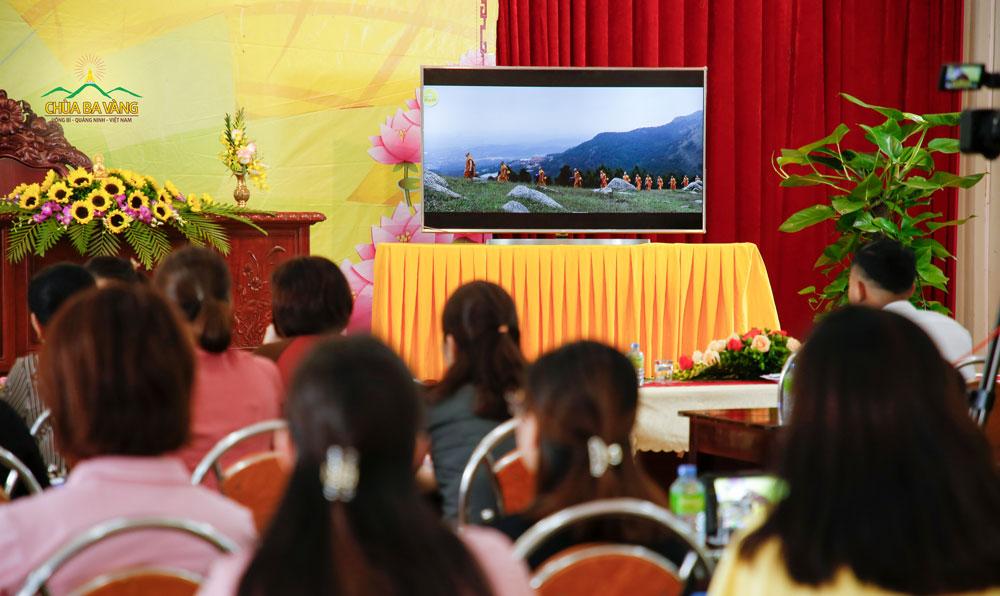 Các thành viên trong Công ty Cổ phần Khách sạn Hồng Vận được xem những hình ảnh quý báu của chư Tăng chùa Ba Vàng tu tập trong rừng trước khi vào giờ Sư Phụ giảng Pháp