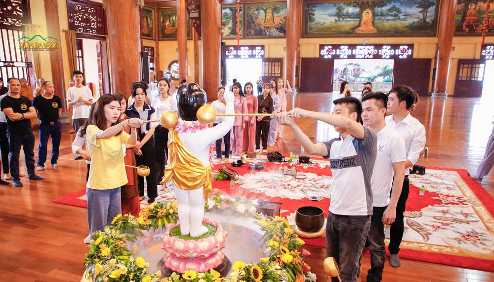 Nhân dịp mùa Phật đản, các thành viên trong Công ty Cổ phần Khách sạn Hồng Vận đã thực hiện nghi thức dâng nước cúng dường tắm Phật