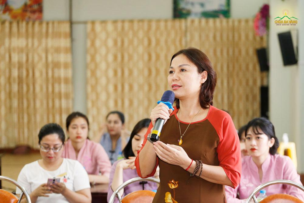 Bà Đỗ Minh Nguyệt trong buổi nghe Sư Phụ Thích Trúc Thái Minh giảng Pháp