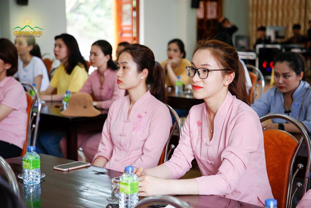 Bạn trẻ chăm chú lắng nghe những lời Sư Phụ Thích Trúc Thái Minh giảng