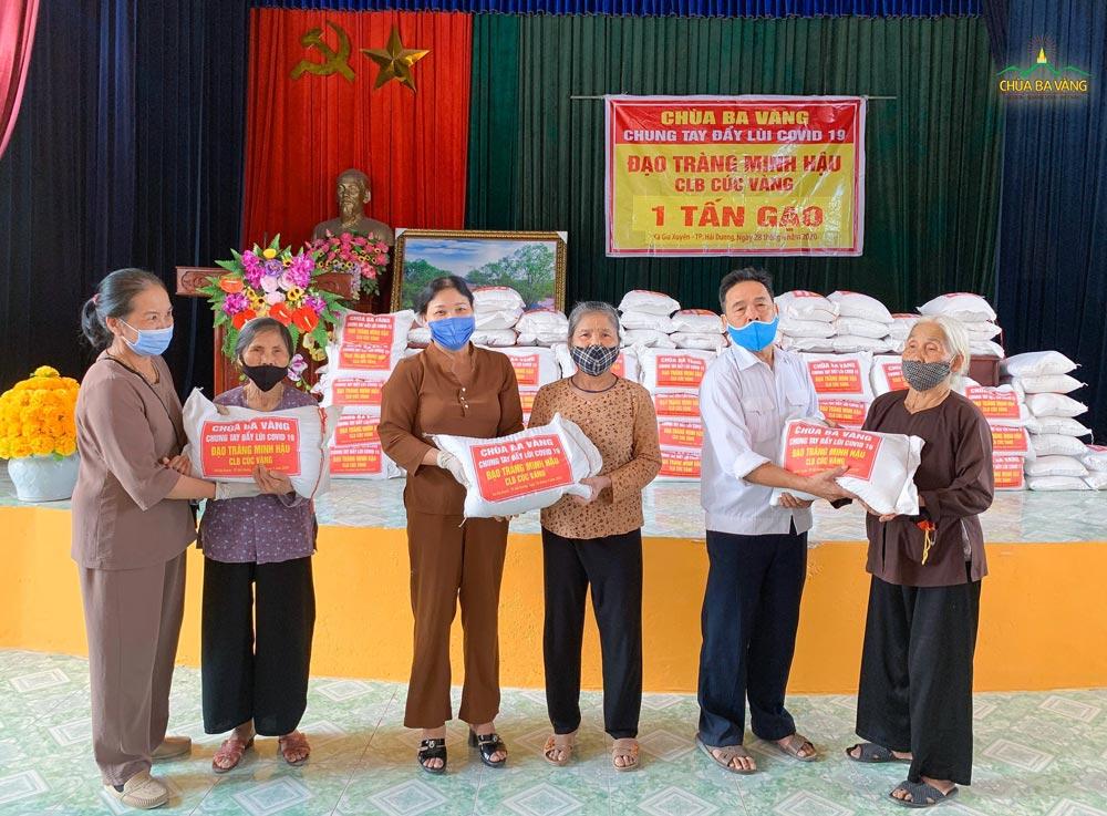 Các Phật tử đạo tràng Minh Hậu - chùa Ba Vàng trong chương trình phát gạo từ thiện mùa Covid-19