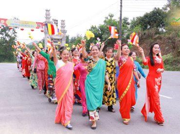 Phật tử rạng rỡ trong những tà áo dài truyền thống cùng những bộ trang phục Ấn Độ, vẫy cờ hoa hướng về chùa, mừng ngày Đức Phật ra đời