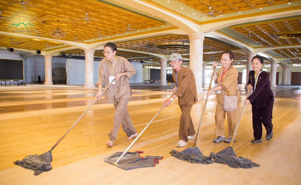 Các Phật tử cùng nhau làm phận sự để chuẩn bị cho ngày tu học mùng 8