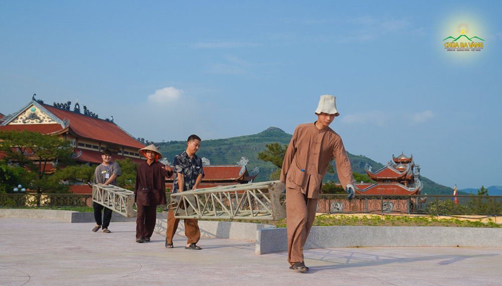 Cư sĩ tại chùa vận chuyển thiết bị phục vụ cho ngày tu học Bát quan trai giới
