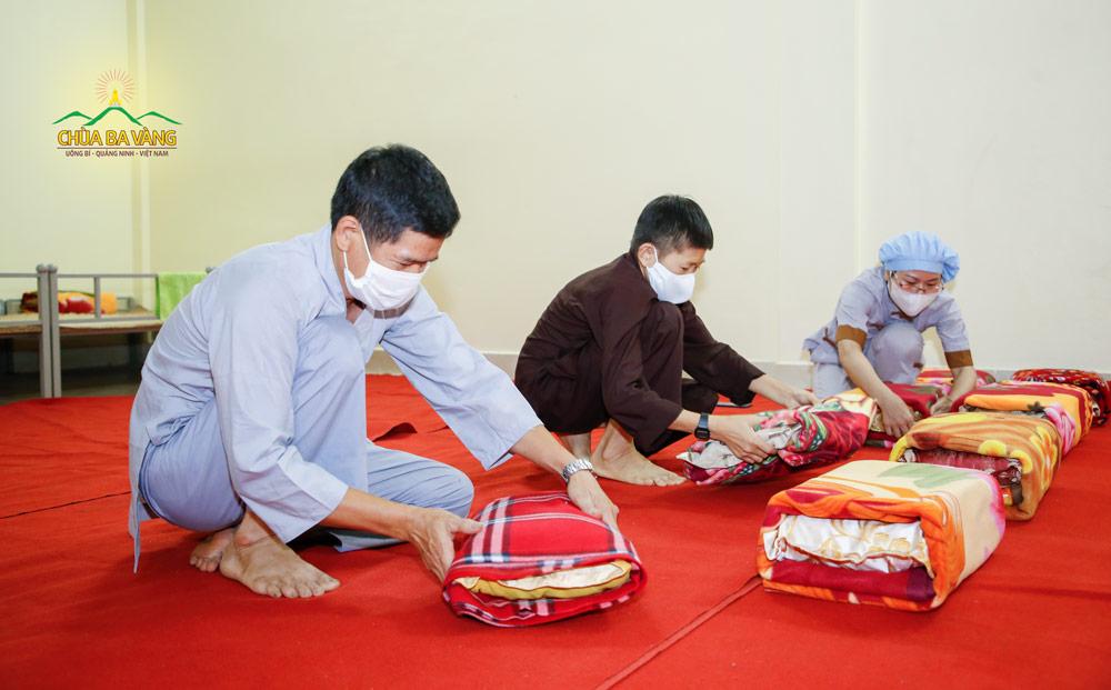 Chăn, gối đã được các Phật tử trong Ban đời sống xếp ngay ngắn, gọn gàng chuẩn bị cho mọi người về chùa tu học