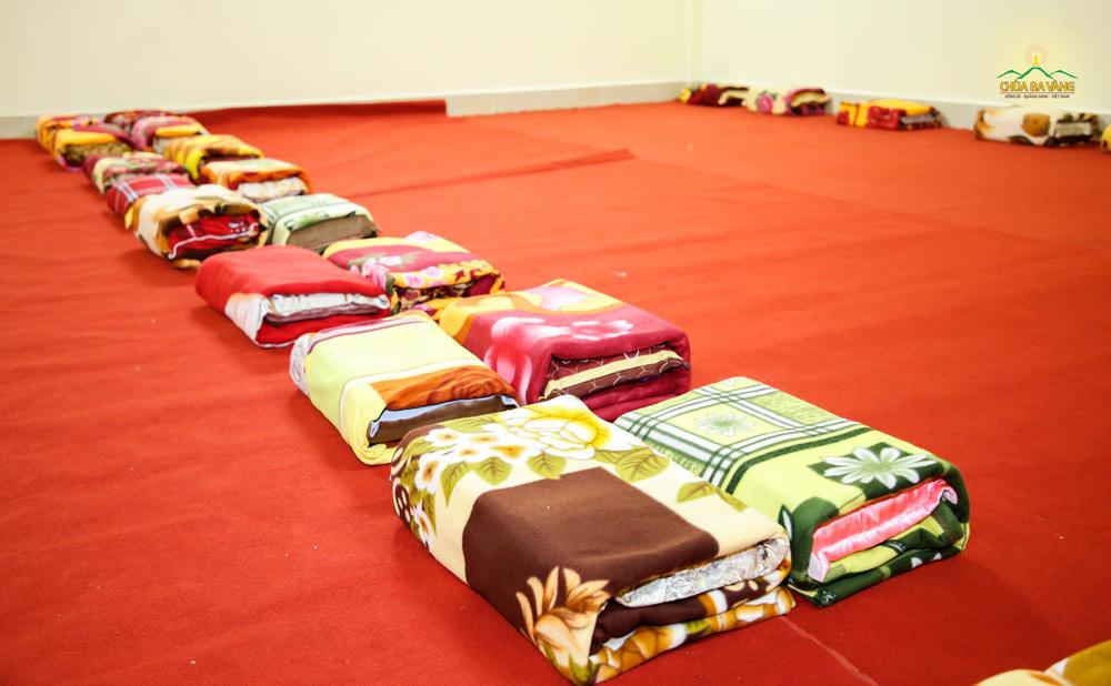 """Những bộ chăn gối đã được chuẩn bị sẵn sàng chào đón Phật tử về """"nhà"""""""