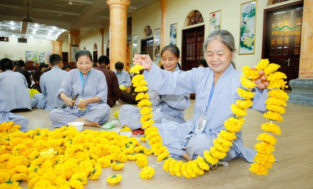 Các Phật tử hân hoan khi được cùng nhau làm dải hoa