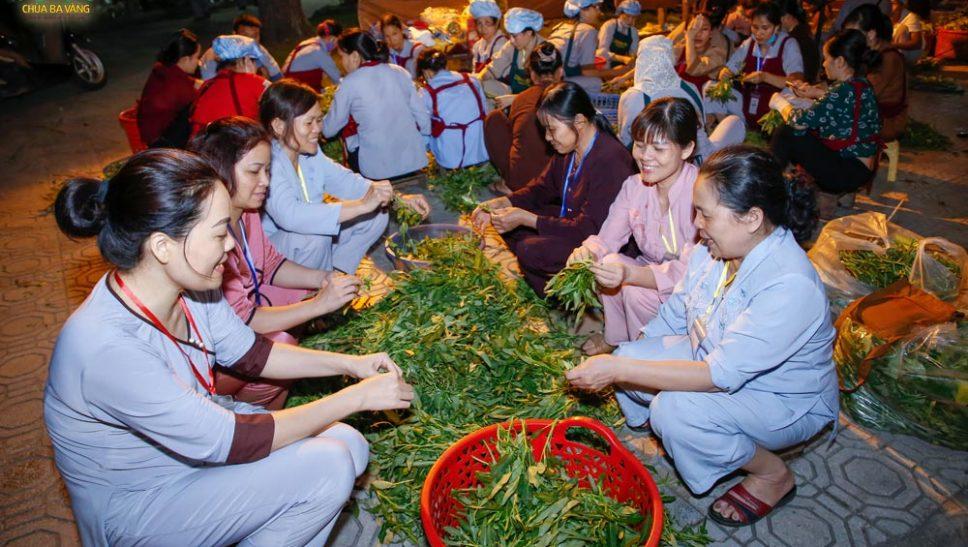 Phật tử Phạm Thị Thùy Trang (ngồi đầu tiên bên trái) cùng các đạo hữu của mình hoan hỉ làm các công việc phận sự được giao