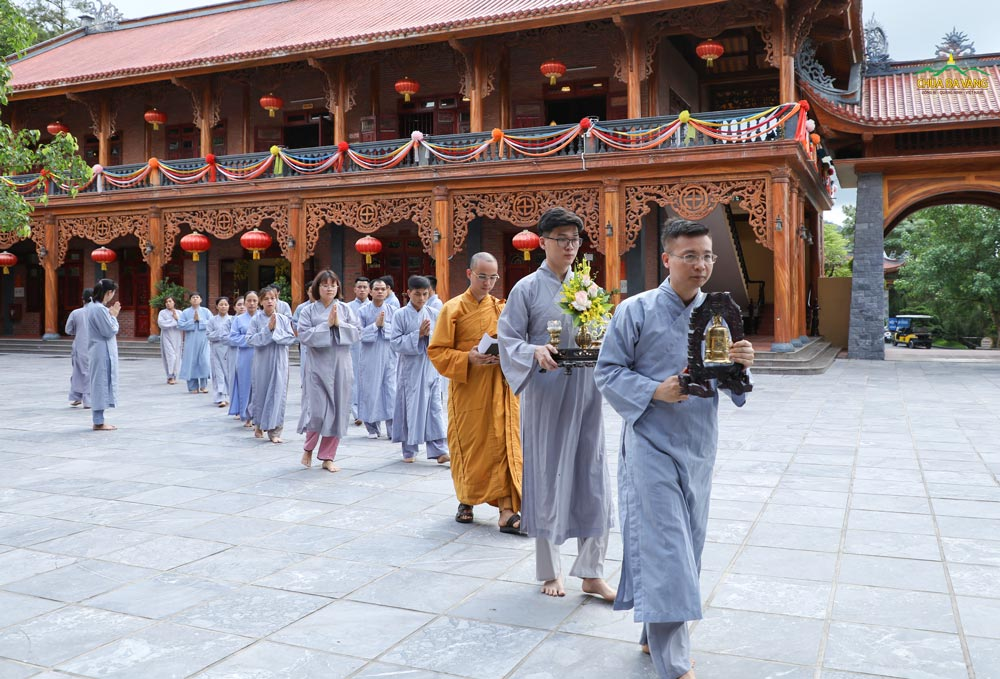 Phật tử cung nghinh Đại đức quang lâm Đại Hùng Bảo Điện