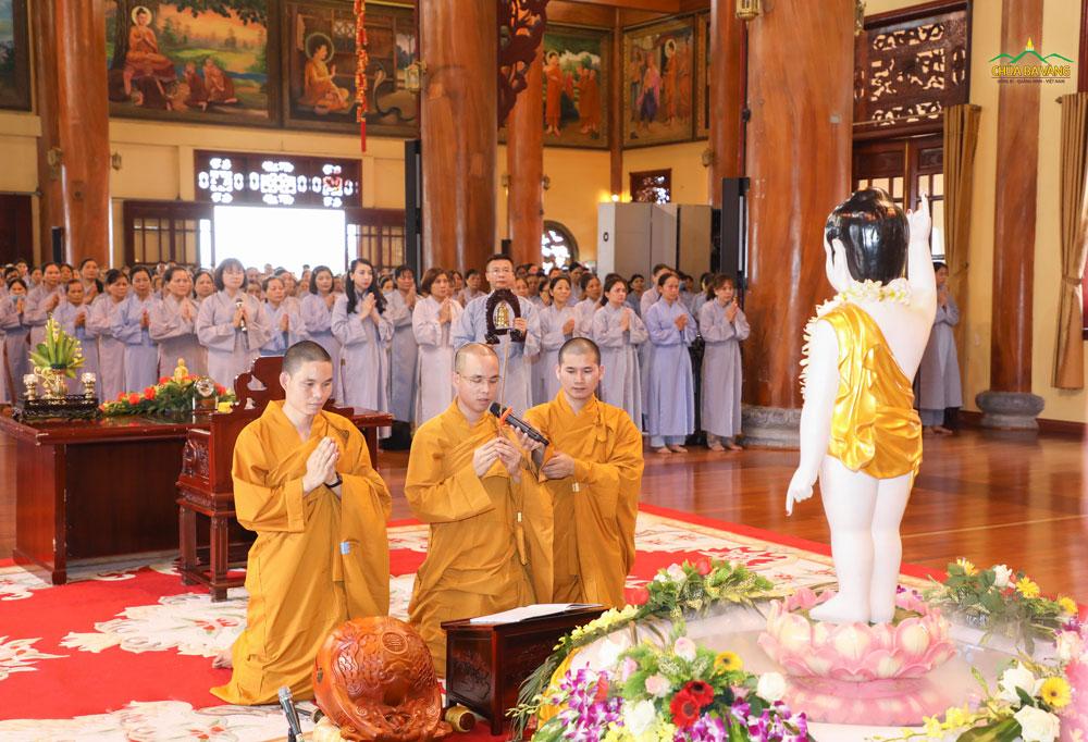 Đại đức Thích Trúc Bảo Lực niêm hương bạch Phật chứng minh và gia hộ cho khóa lễ truyền Bát Quan Trai giới