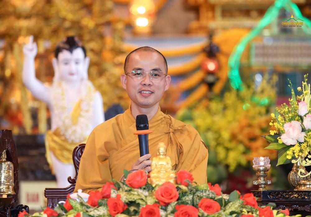 Đại đức Thích Trúc Bảo Lực từ bi giảng giải cho toàn thể quý Phật tử hiểu ý nghĩa của việc giữ gìn tám giới