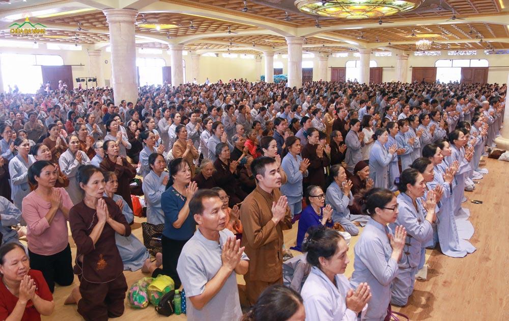 Phật tử từ khắp các tỉnh thành đã vân tập về tại Đại giảng đường để lãnh thọ Bát Quan Trai giới