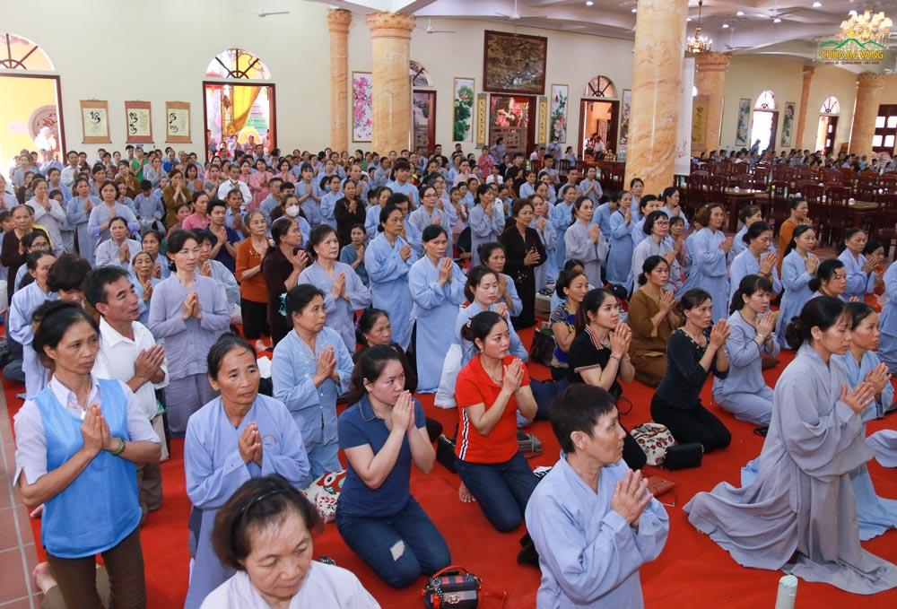Các Phật tử trang nghiêm phát nguyện thọ nhận giới Bát Quan Trai tại Chính điện tầng 1