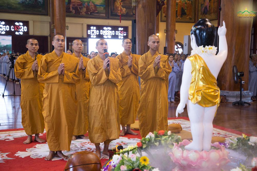 Đại đức Thích Trúc Bảo Hòa bạch Phật gia hộ trước khi bước vào thời khóa tọa thiền trong ngày tu học Bát Quan Trai giới