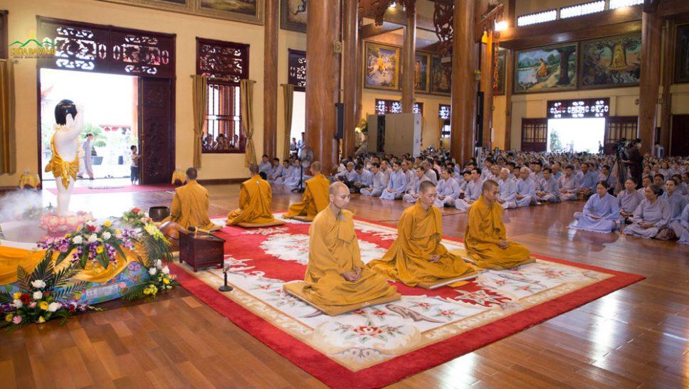 Tại Chính điện tầng 2, Chư Tăng hướng dẫn các Phật tử ngồi thiền trong tĩnh lặng để quán xét thân tâm