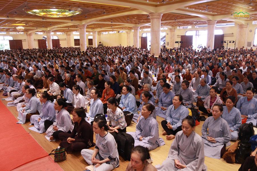 Ở khu vực Đại giảng đường, hàng ngàn Phật tử thực tập ngồi thiền dưới sự hướng dẫn của chư Tăng