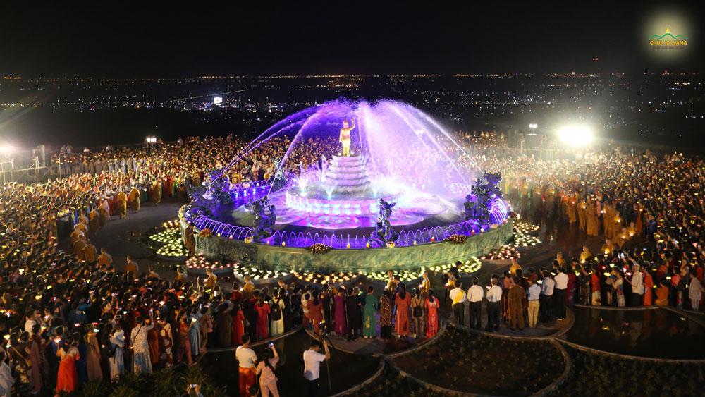 Trong niềm hoan hỷ đón mừng Khánh đản của Đức Thế Tôn, chư Tăng, Ni cùng hàng ngàn Phật tử chùa Ba Vàng nhiễu quanh tôn tượng Phật đản sinh, thành kính dâng lên những đóa hoa đăng cúng dường Ngài