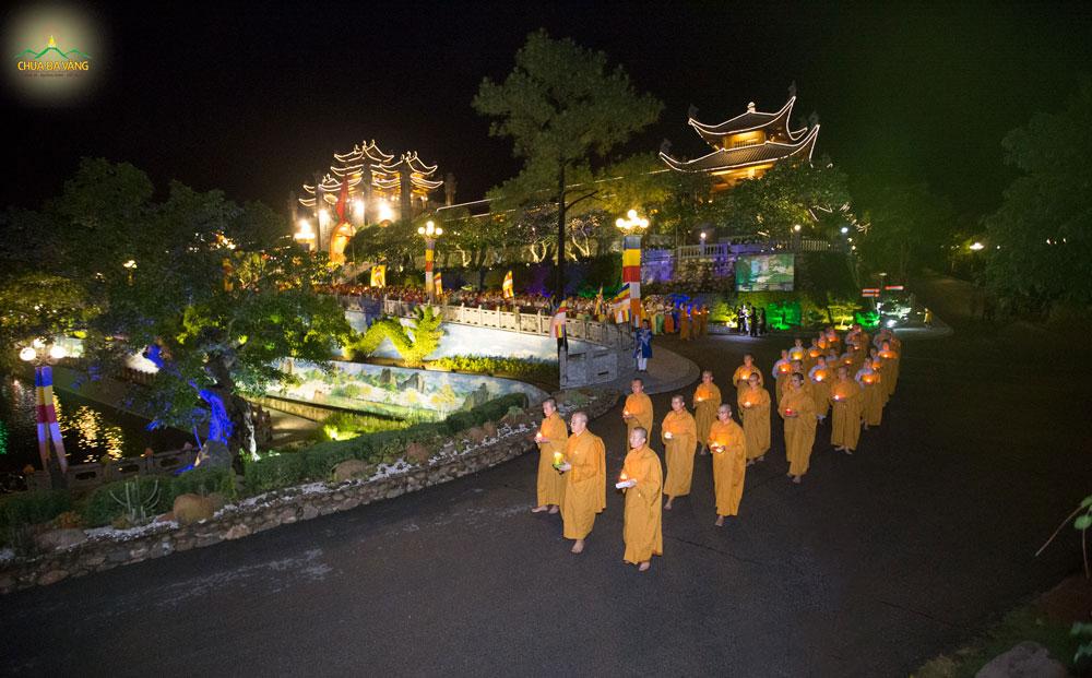 Sư Phụ cùng chư Tăng thiền hành trong đêm rước hoa đăng cúng dường mừng Phật đản sinh tại chùa Ba Vàng