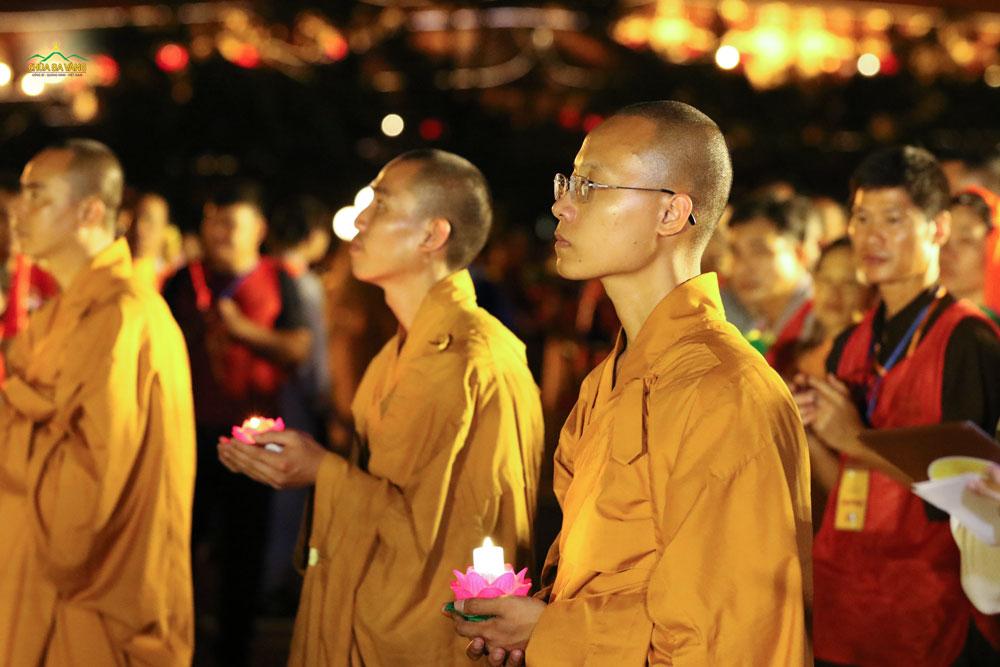 Ngọn hoa đăng tượng trưng cho sự biết ơn của chư Tăng chùa Ba Vàng kính dâng lên đấng Cha lành tối thượng