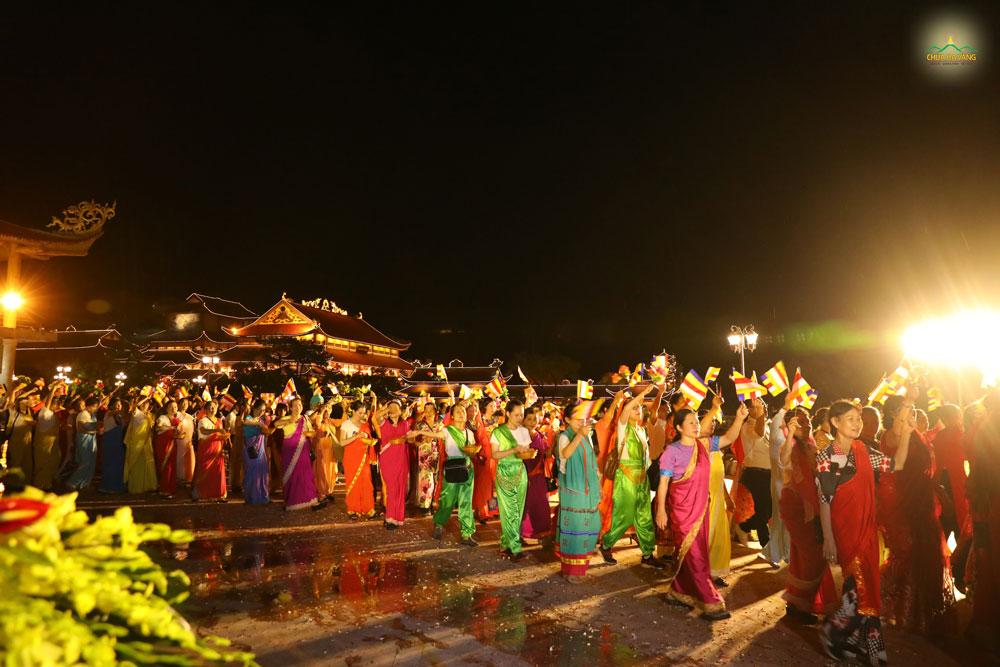 """Trong những bộ trang phục Ấn Độ rực rỡ đa sắc màu, các Phật tử """"hóa thân"""" thành những người dân kinh thành Ca-tỳ-la-vệ, hân hoan đón mừng Đức Phật ra đời"""