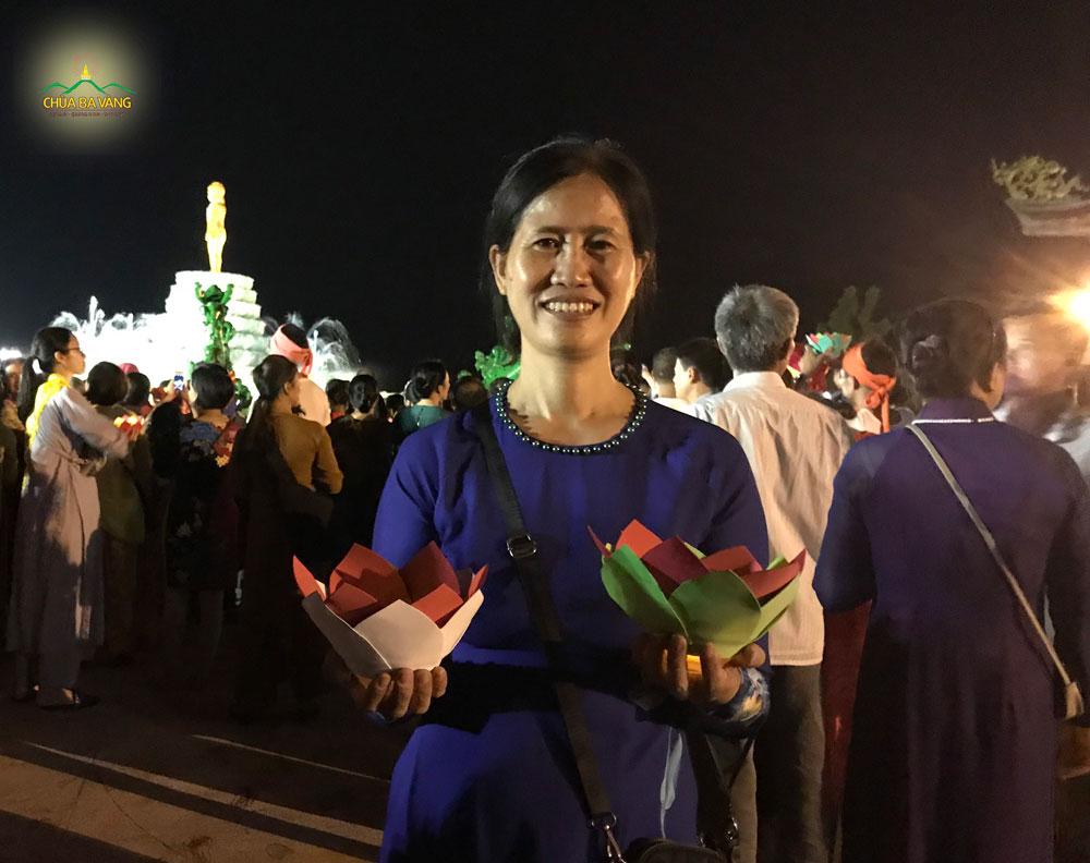 Phật tử Mai Thị Lan hạnh phúc khi được tham gia đêm rước hoa đăng cúng dường mừng Phật đản sinh