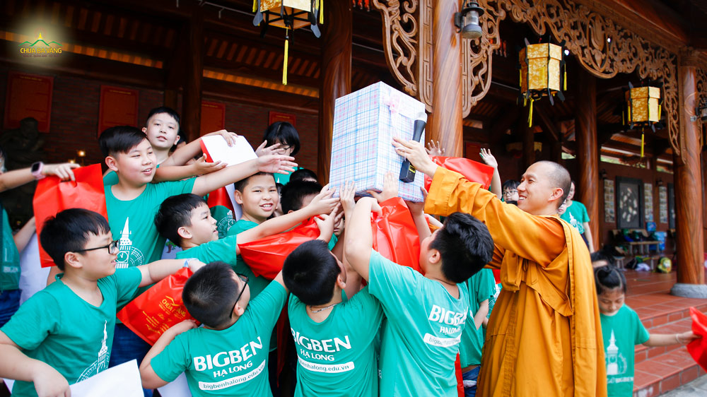 Các bạn nhỏ trong Trung tâm anh ngữ Bigben rất hào hứng khi được Đại đức Thích Trúc Bảo Trực tặng quà