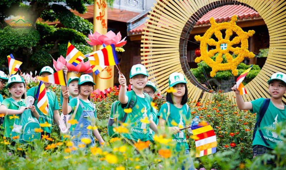 Các bạn nhỏ trong trung tâm Anh ngữ Bigben vui vẻ khi có một chuyến sinh hoạt ngoại khóa đầy ý nghĩa và bổ ích tại chùa Ba Vàng