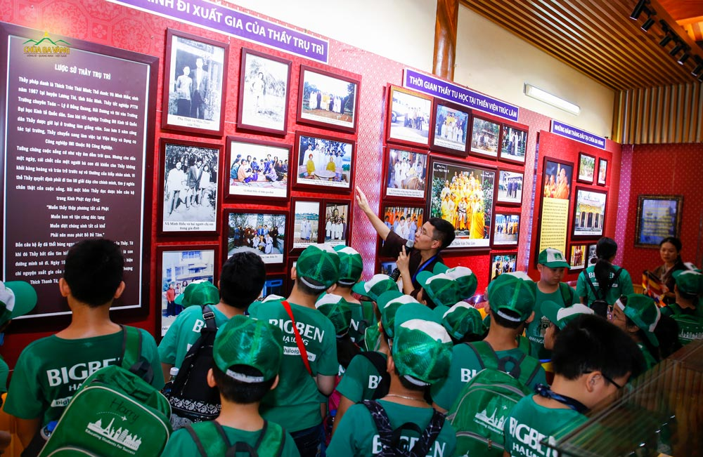 Thành viên Ban văn hóa chùa Ba Vàng giới thiệu cho các bạn nhỏ trong trung tâm Anh ngữ Bigben về các bức tranh tại Bảo Tàng