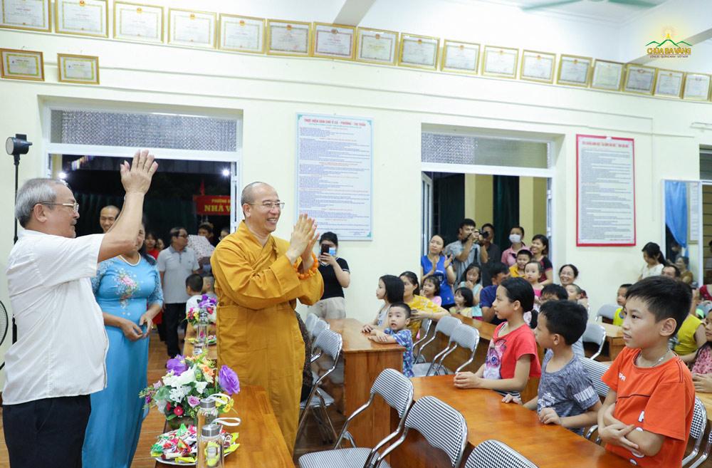 Sư Phụ tham gia chương trình tết thiếu nhi tại khu 5A phường Quang Trung